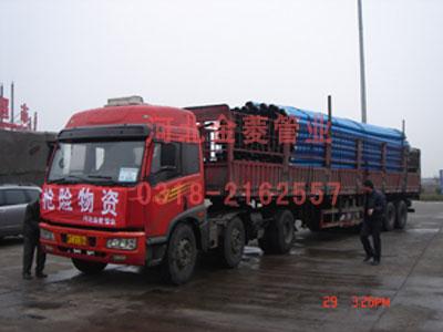 运输车辆在去往矿区路上